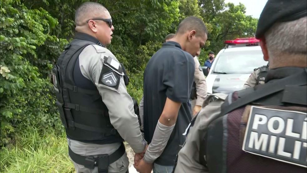 Dois suspeitos são presos durante perseguição policial depois de assalto na Pedro II, em João Pessoa — Foto: Reprodução/TV Cabo Branco
