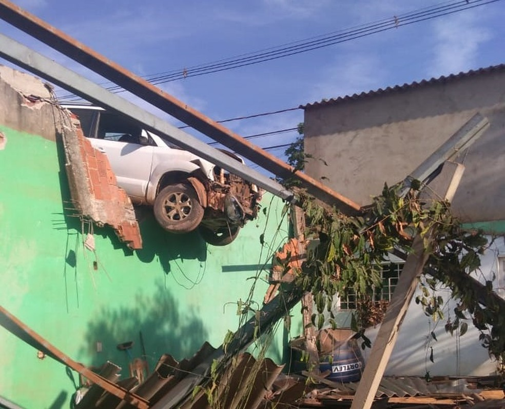 Carro atinge casa em Vicente Pires, no Distrito Federal, e fica suspenso entre telhado e muro — Foto: Arquivo Pessoal