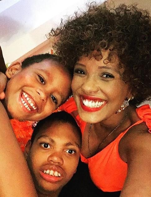 Isabel Fillardis e os filhos Kalel e Jamal  (Foto: Reprodução / Instagram)