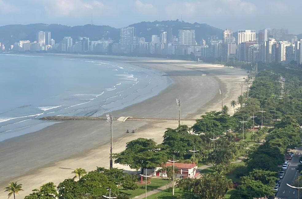 Com determinação de bloqueio das praias, Santos amanheceu com a orla vazia no primeiro dia de restrição — Foto: Roberto Santini