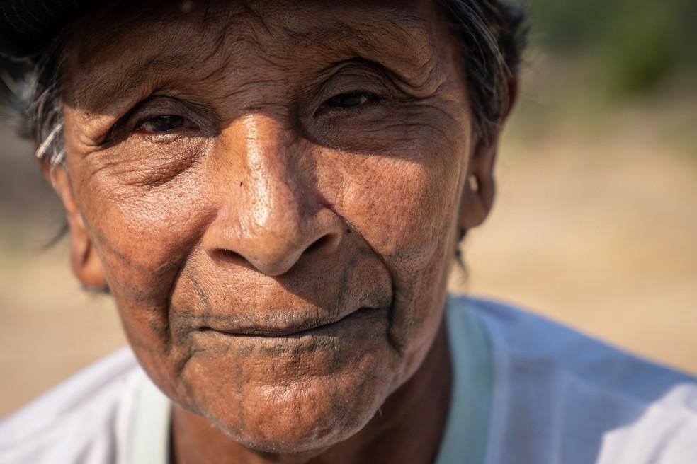 Aripã Karipuna, com 72 anos estimados, sentado na beira do Rio Jaci Paraná, em Rondônia — Foto: Fábio Tito/G1