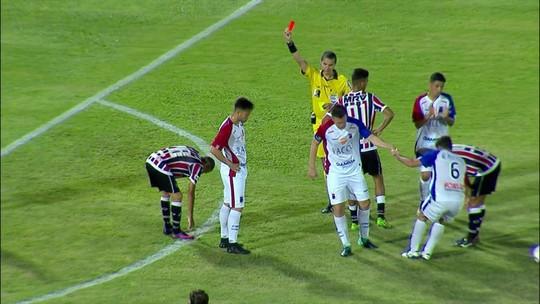 Expulso! João Paulo comete falta no ataque e recebe cartão vermelho aos 26 do 2º tempo