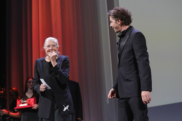 VENICE, ITALY - AUGUST 29:  Actress Vanessa Redgrave with host of the festival Michele Riondino speaks as she receives the Lifetime Achievement Award during the opening ceremony and the 'First Man' screening during the 75th Venice Film Festival at Sala Gr (Foto: Getty Images)