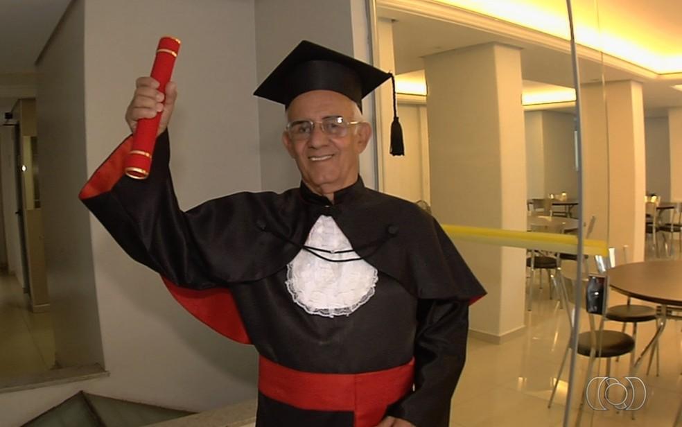 Brasil Sales se formou em direito aos 78 anos e agora faz curso para exame da OAB — Foto: Reprodução/TV Anhanguera