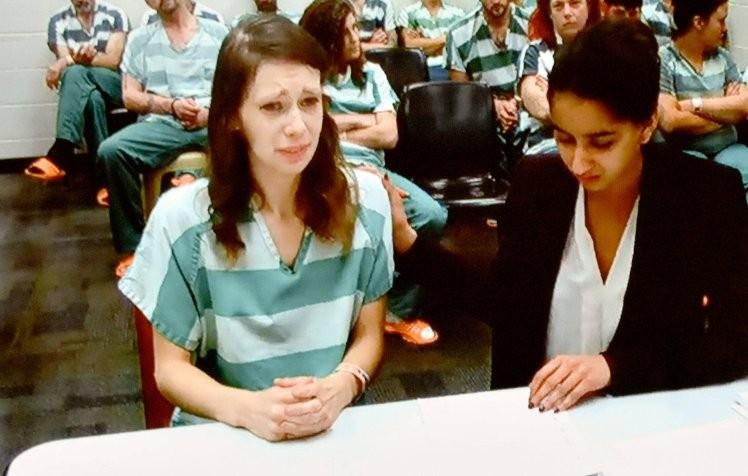 Marissa Wallen (à esquerda) em audiência em tribunal de Washington