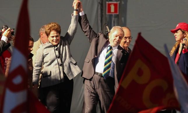 Os ex-presidentes Dilma e Lula, durante ato em Curitiba (Foto: Geraldo Bubniak )