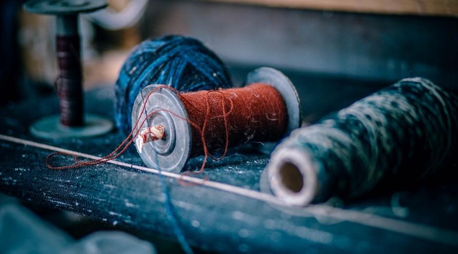 O reaproveitamento de tecidos é uma das grandes tendências do artesanato (Foto: Pexels)