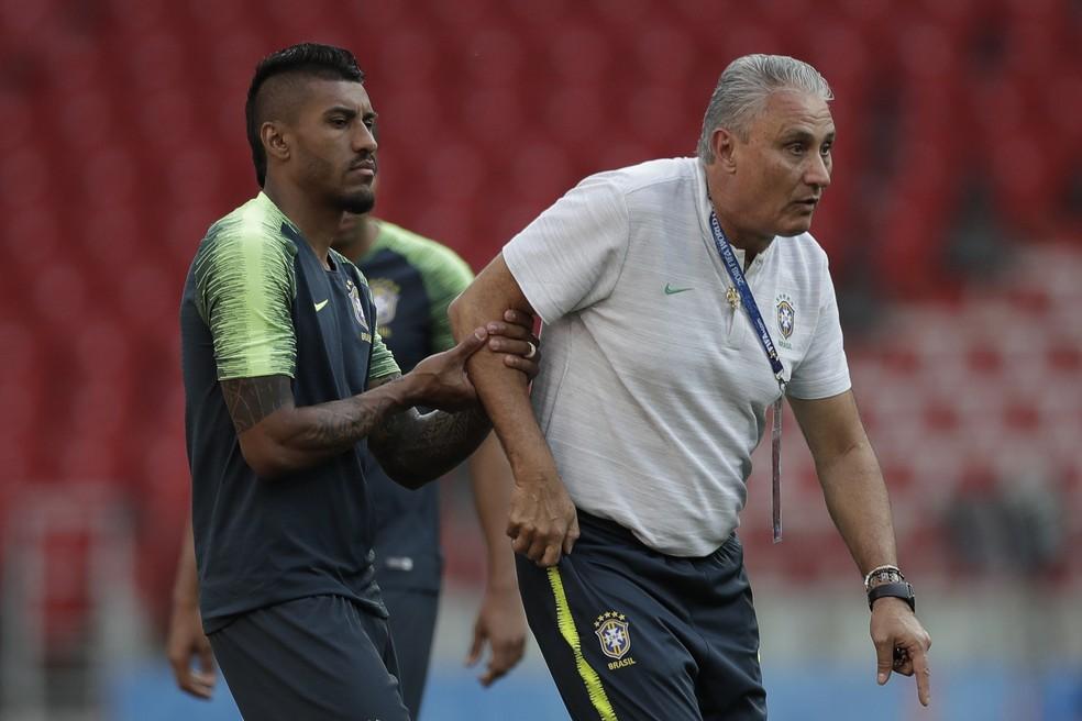 Tite orienta Paulinho no último treino antes do jogo: Brasil joga pelo empate para avançar, mas derrota elimina (Foto: Pedro Martins / MoWA Press)