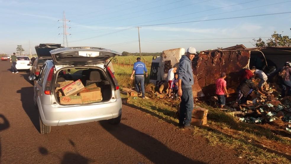 Carro com o porta-malas lotado de caixas de leite — Foto: Osvaldo Nóbrega/TV Morena