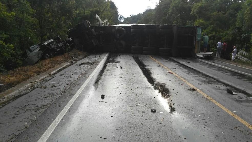 Trânsito ficou interditado após acidente em Pouso Redondo (Foto: PRF/Divulgação)