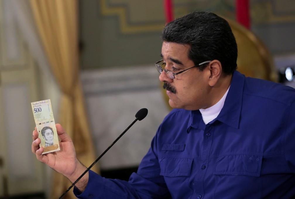 Nicolás Maduro mostra nota de bolívar soberano, moeda que passa a valer na Venezuela nesta segunda-feira (20) — Foto: Miraflores Palace/Handout via REUTERS