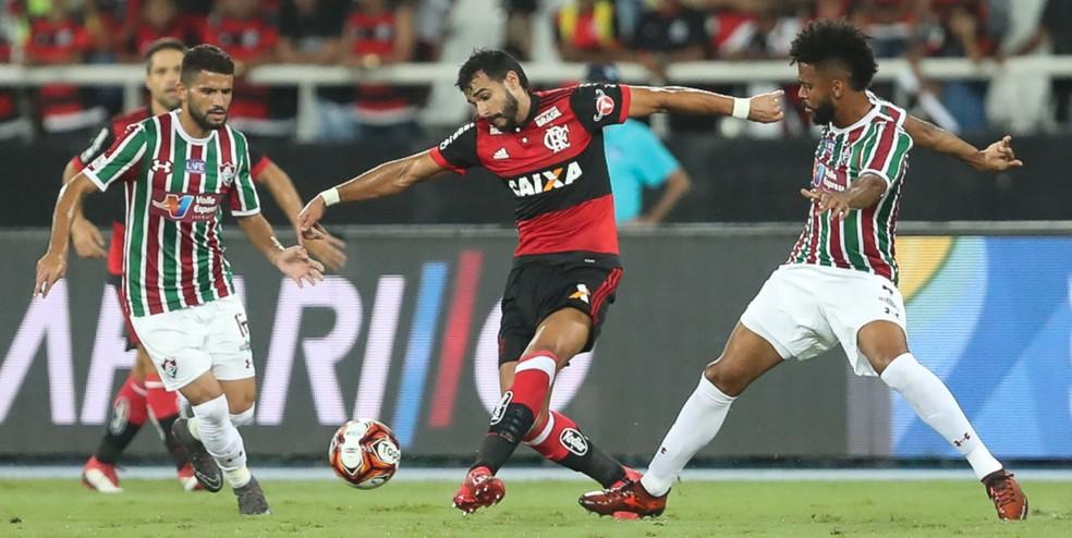 Jadson e Renato Chaves disputam lance com Henrique Dourado (Foto: Gilvan de Souza/Flamengo)