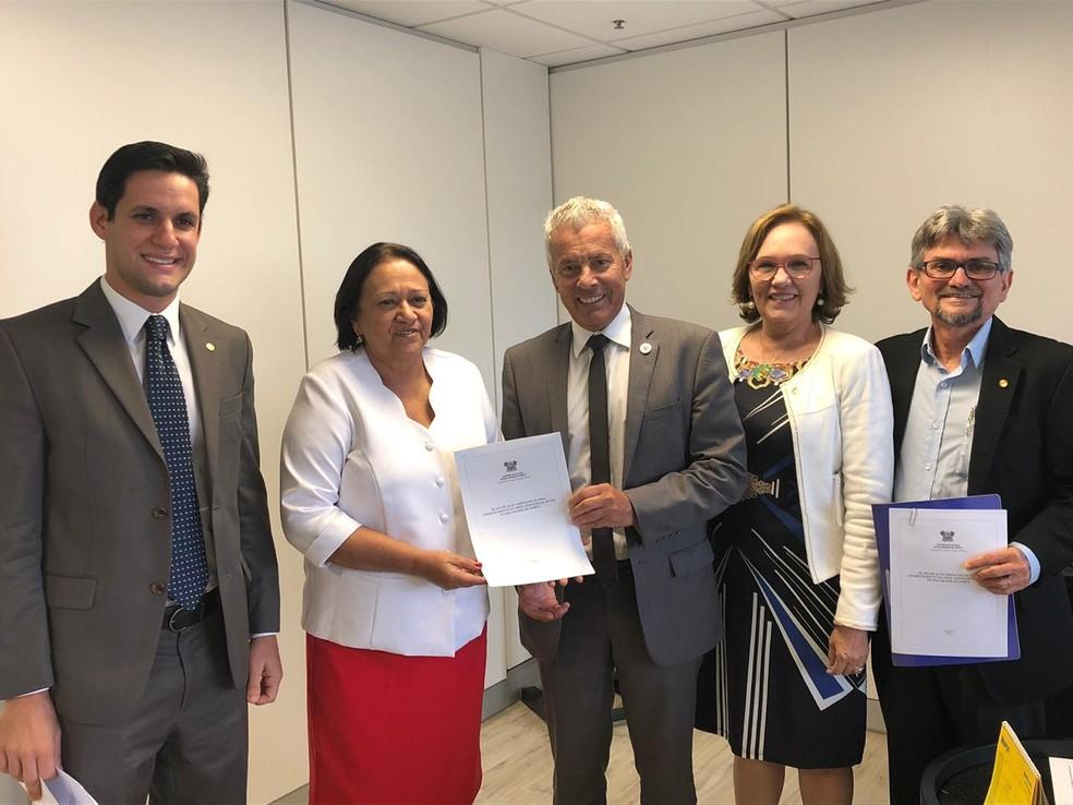 Governo e representantes da bancada federal do Rio Grande do Norte entregaram Plano Estadual de Saúde ao secretário Executivo do MS em Brasília — Foto: Divulgação