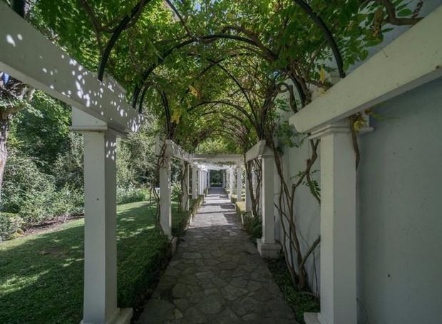 O jardim conta com um corredor coberto por plantas (Foto: The MLS/ Reprodução)