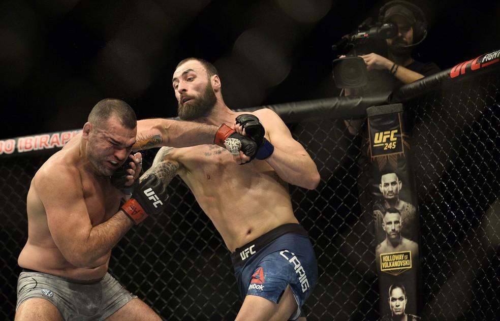 Mauricio Shogun é acertado por Paul Craig no UFC São Paulo — Foto: Marcos Ribolli