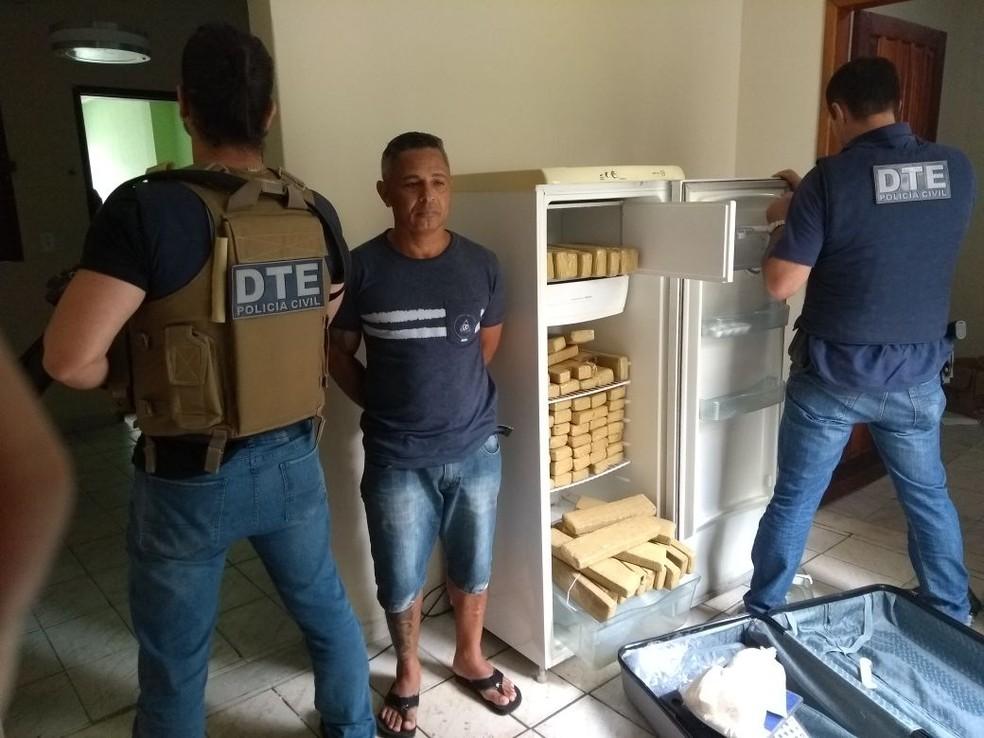 Homem foi preso com 100 kg de maconha em geladeira em Vitória da Conquista, na Bahia (Foto: Polícia Civil/ Divulgação)