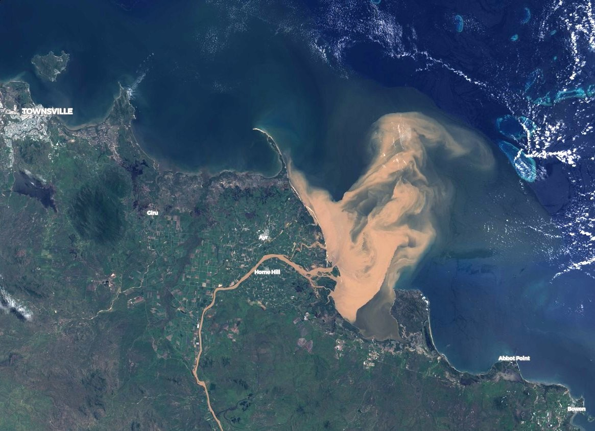 Parte marrom é poluição que atingiu a Grande Barreira de Corais (Foto: NASA)