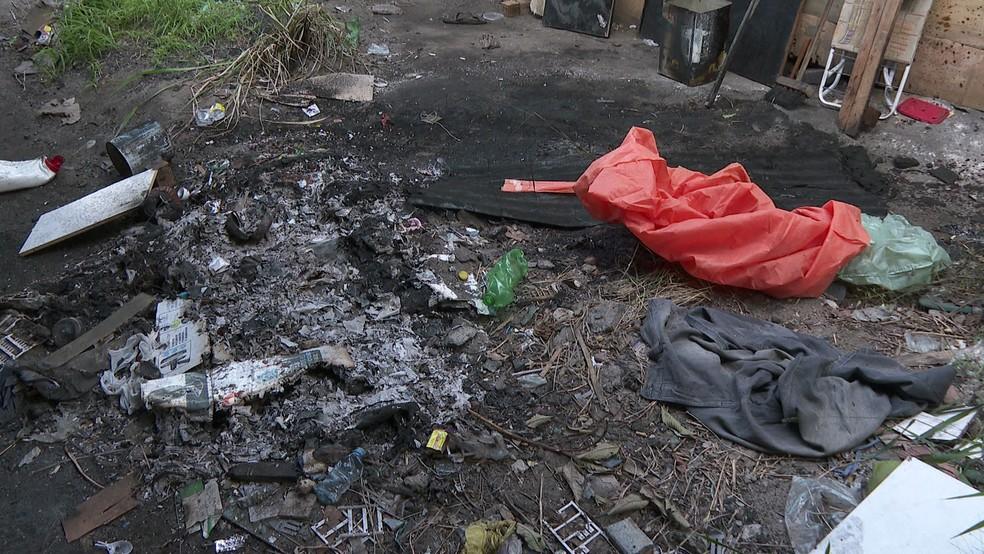 Local onde moradora de rua foi queimada fica sob viaduto na Avenida Caxangá, na Zona Oeste do Recife — Foto: Elvys Lopes/TV Globo
