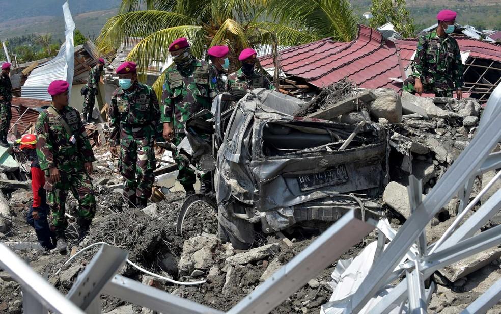 Fuzileiros navais buscam sobreviventes e corpos em Palu — Foto: Adek Berry / AFP