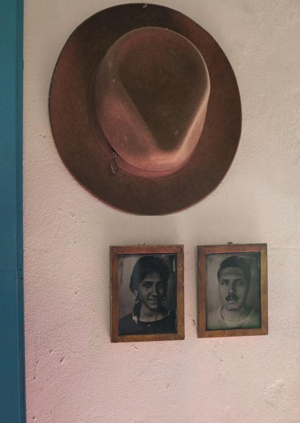 Parede decorada com fotos e chapéu (Foto: Mayra Azzi / Editora Globo)