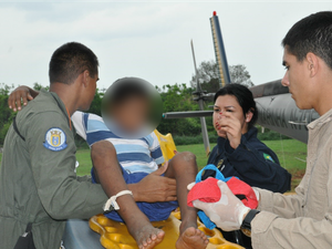 Menino foi resgatado consciente e orientado, segundo a Marinha (Foto: Divulgação/ Marinha)