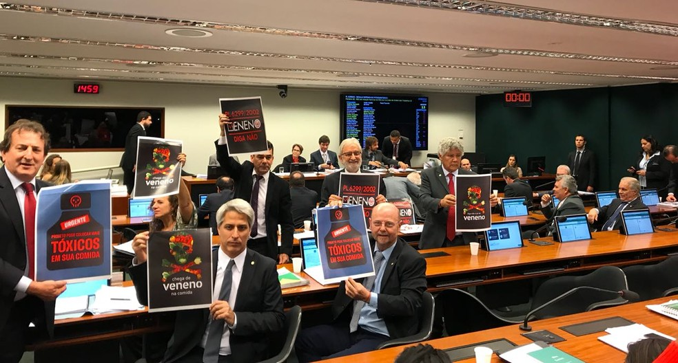 Deputados na comissão que discute legislação do agrotóxico (Foto: Alessandra Modzeleski / G1)