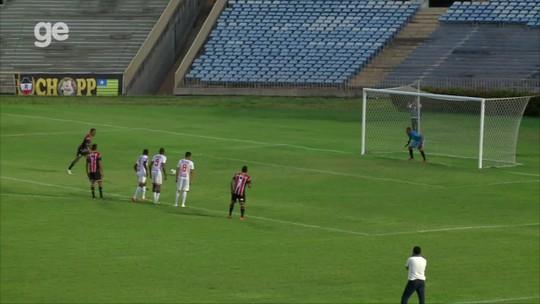 """Goleiro cata pênalti, mas sofre gol no rebote e se indigna com arbitragem: """"O cara se jogou"""""""