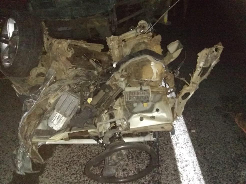 Carro ficou completamente destruído após bater em moto e ser atingido por ônibus — Foto: Polícia Militar