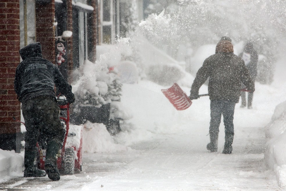 Homem retira neve acumulada de rua de Buffalo, Nova York, durante onda de frio nos EUA — Foto: Lindsay DeDario/Reuters