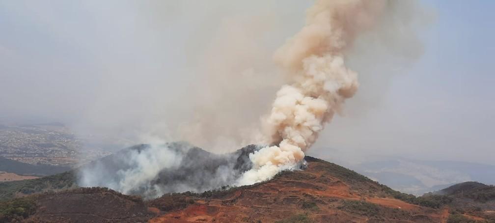 Incêndio Serra da Farofa em São Joaquim de Bicas, na Grande BH, no início da tarde desta quarta-feira. — Foto: Lucas Franco/ TV Globo