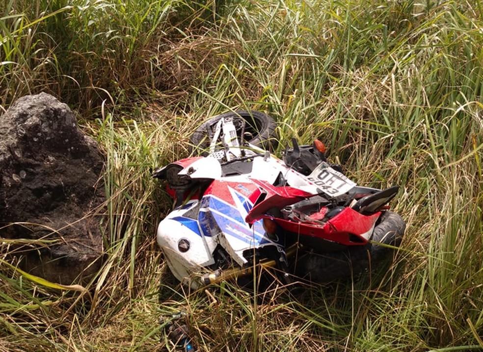 Motocicleta após acidente na BR-104 — Foto: WhatsApp/Reprodução