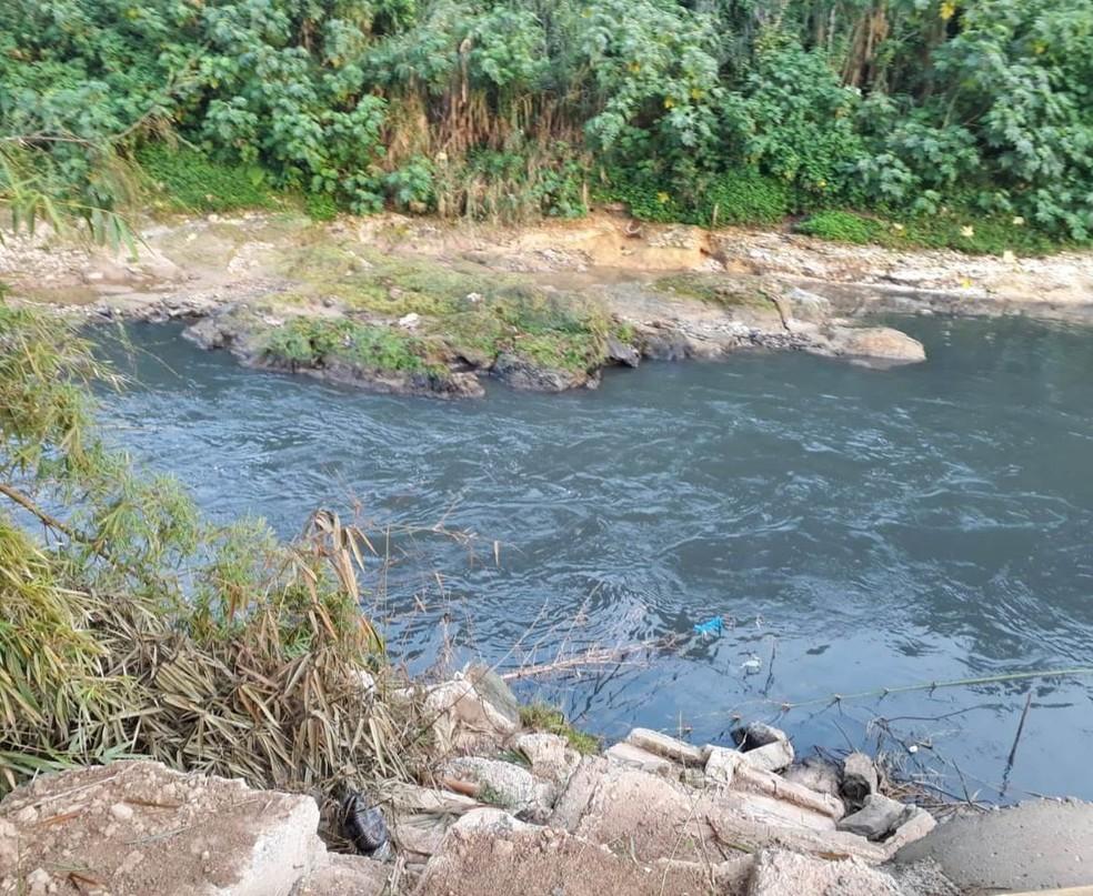 Técnicos analisam amostras da água do rio (Foto: Semasa/ Divulgação)