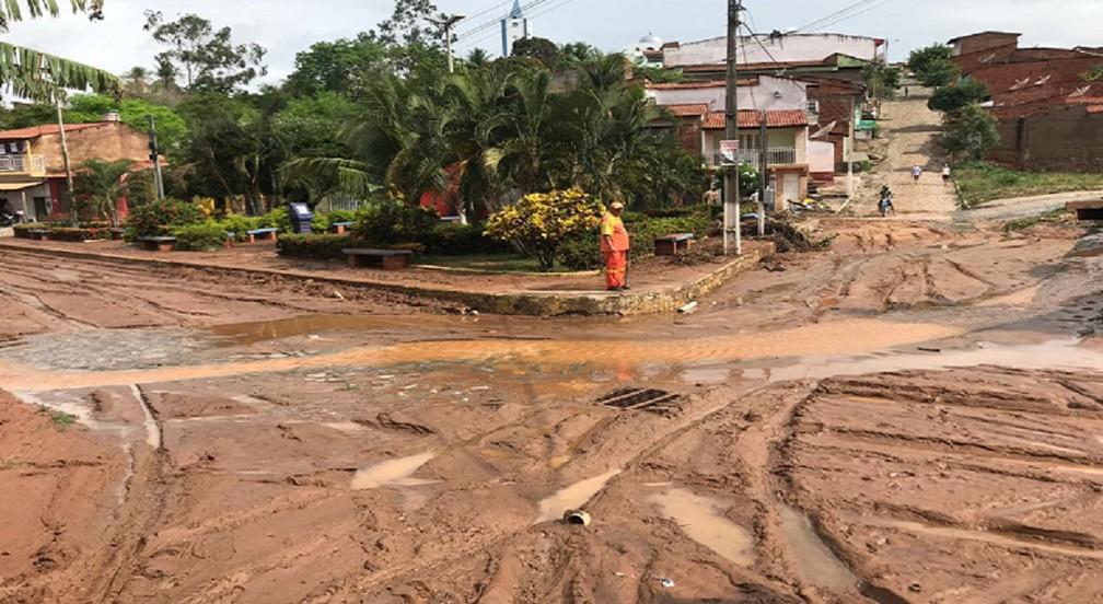 Praça Princpal de Farias Brito ficou coberta de lama.  — Foto: Edson Freitas/TV Verdes Mares
