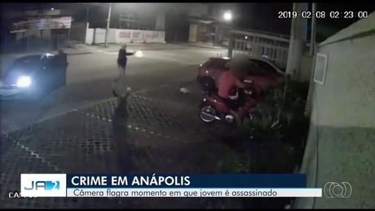 Jovem estava deixando a namorada em casa quando foi executado em calçada de Anápolis