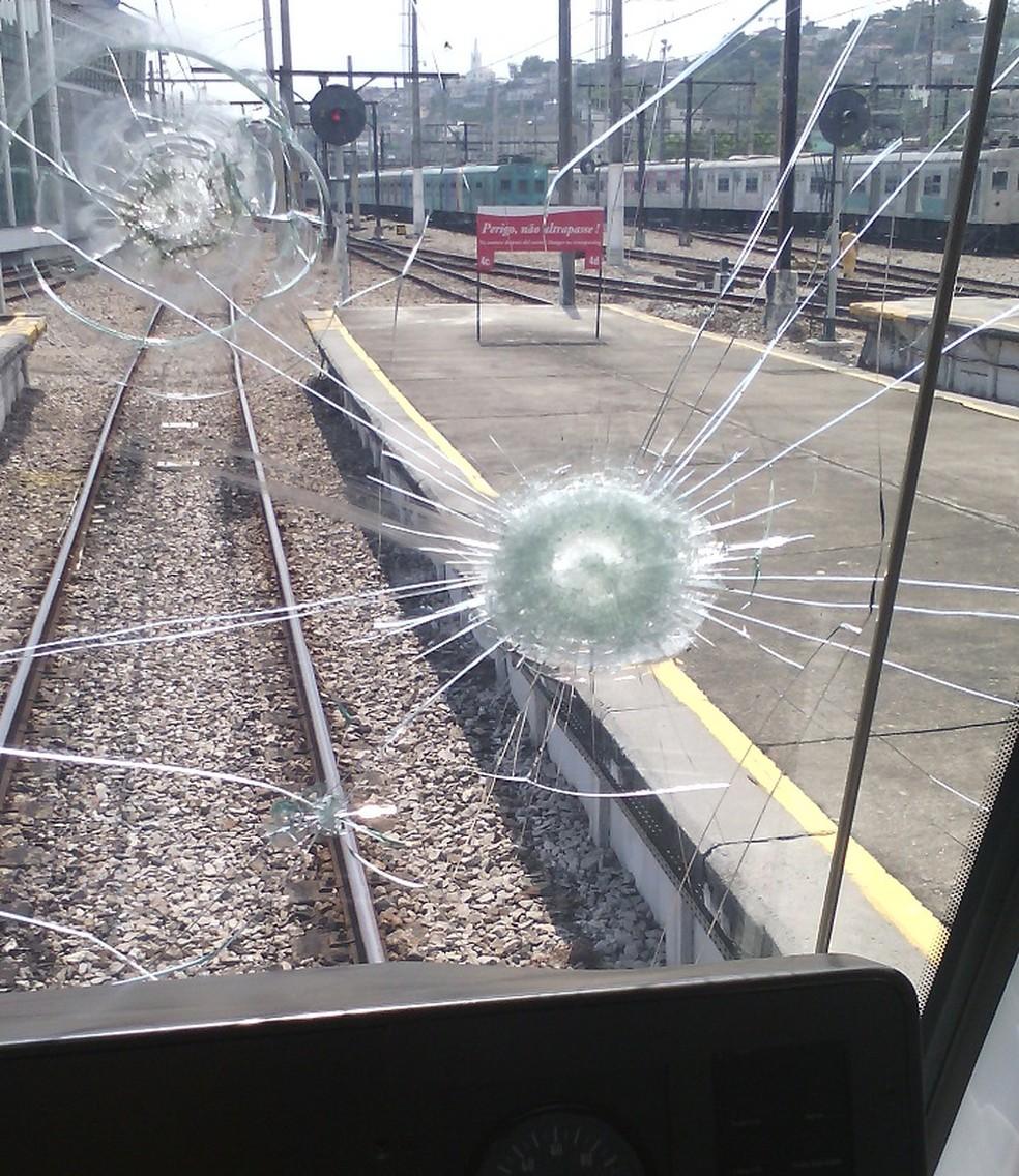 Para-brisa de trem da Supervia atingido por pedra — Foto: Supervia / Divulgação