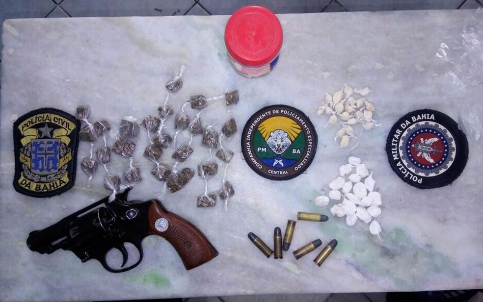Arma e drogas foram apreendidas com os suspeitos na Bahia (Foto: Divulgação/Polícia Civil)