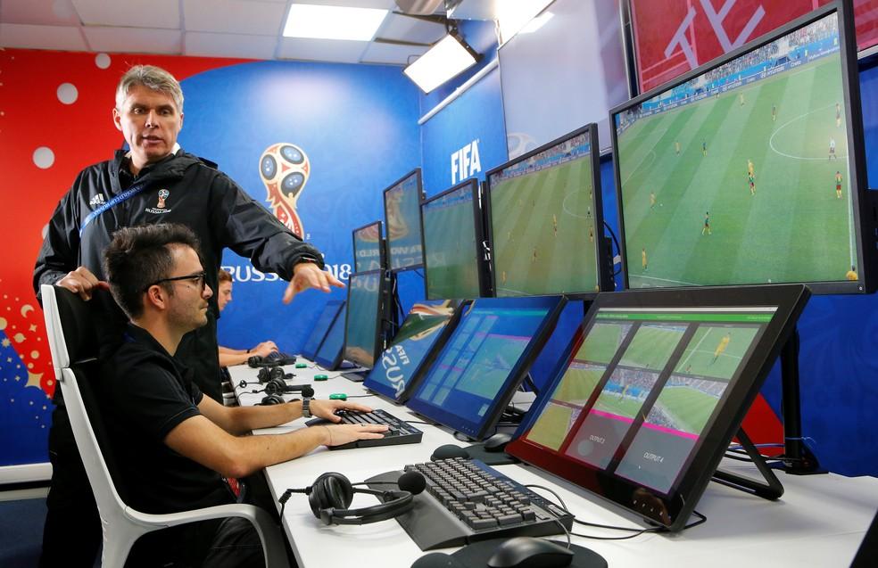 Demonstração do uso de VAR é feita antes da Copa do Mundo da Rússia (Foto: REUTERS/Sergei Karpukhin)