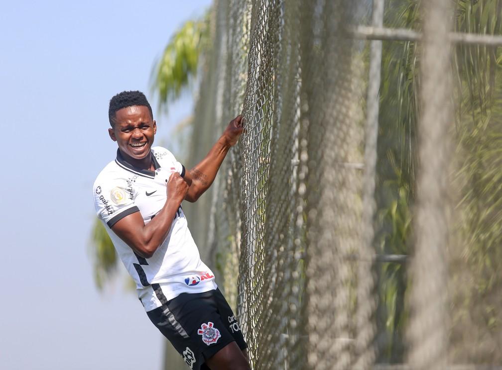Cazares posa para foto no CT Joaquim Grava, do Corinthians — Foto: Rodrigo Coca/Ag. Corinthians