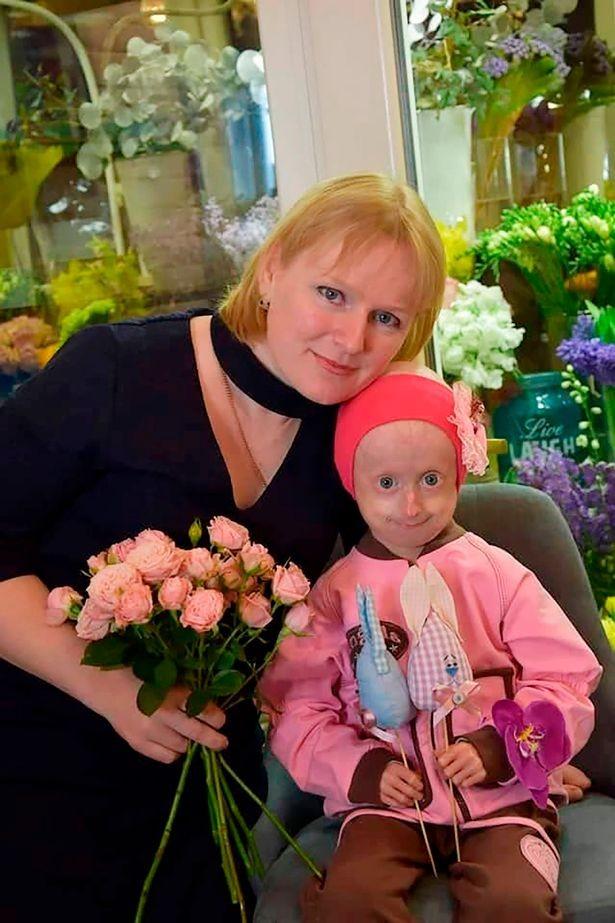 Iryna ao lado da mãe, Dina (Foto: Reprodução/The Star)