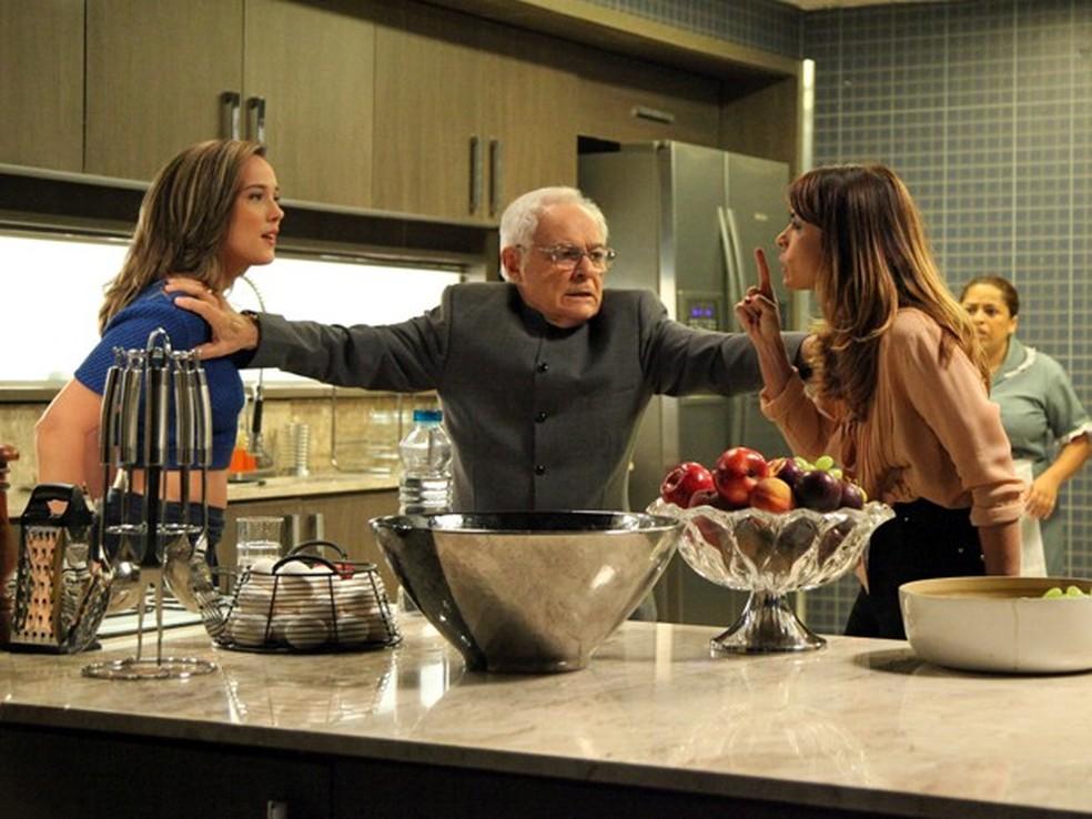 Amanda (Adriana Birolli) ameaça Danielle (Maria Ribeiro) após levar tapa - 'Império' — Foto: Carol Caminha/Globo