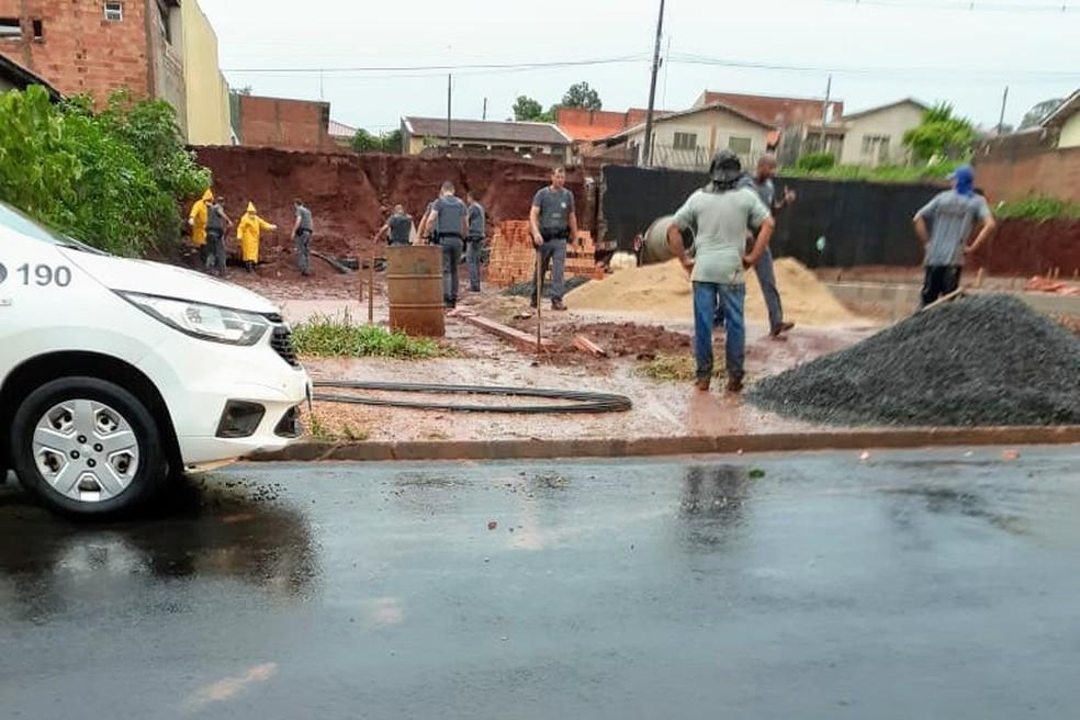 Pedreiro morre soterrado por muro durante chuva em Santa Cruz do Rio Pardo — Foto: Jornal Debate/Divulgação