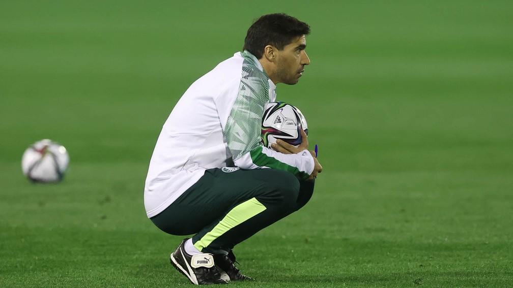 Abel Ferreira observa o treino do Palmeiras em Doha — Foto: Cesar Greco\Palmeiras