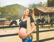 Pronta para ter segundo filho, Debby Lagranha comemora nove meses de gestação