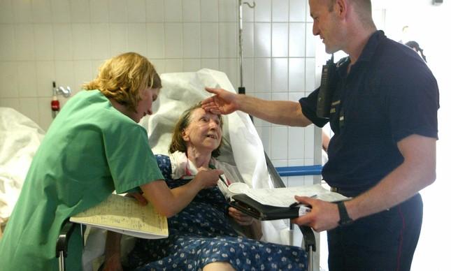 Idosa é atendida em hospital de Paris após se sentir mal devido ao calor, em 2003
