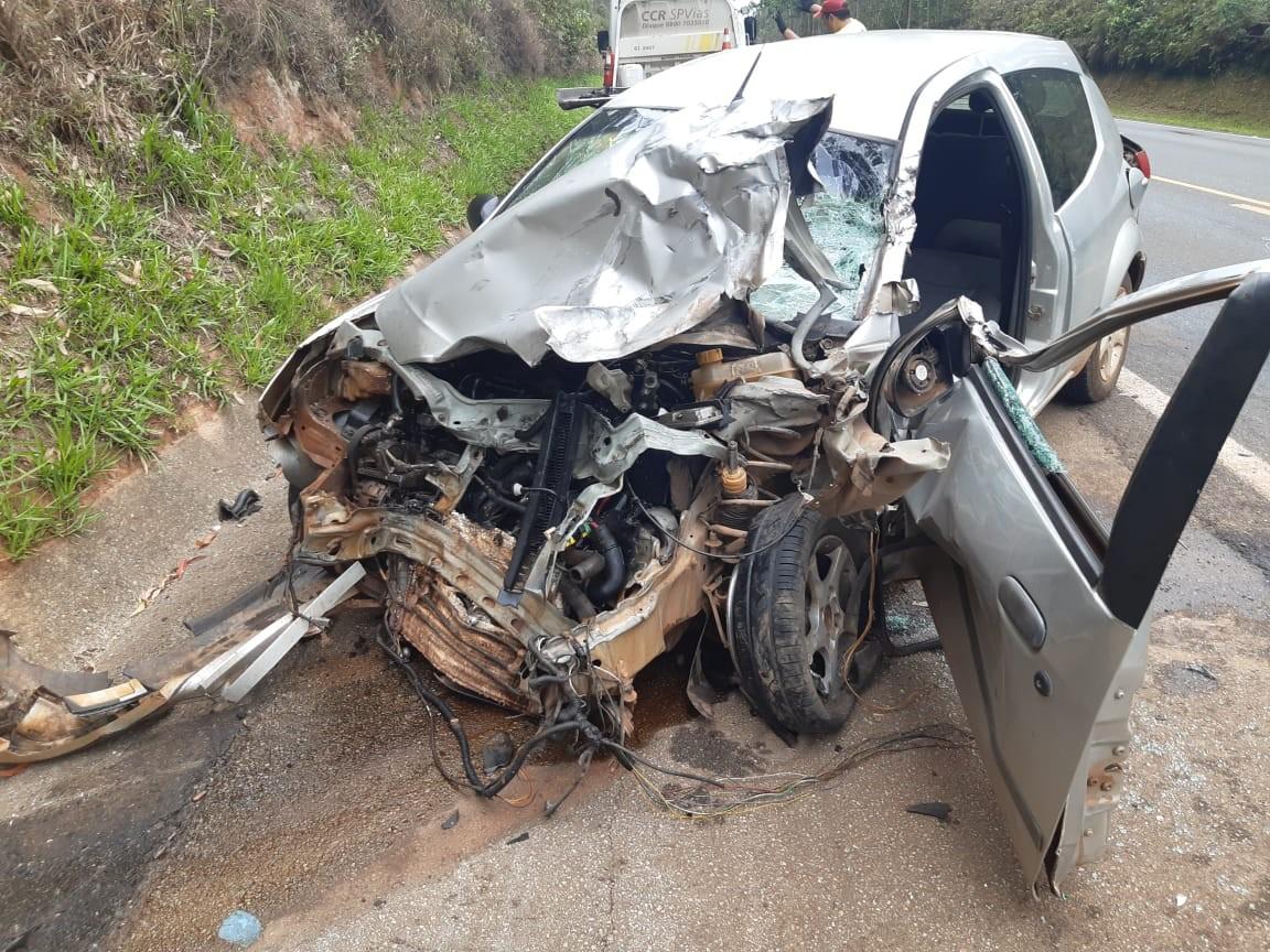 Motorista fica ferido após bater na lateral de caminhão em Capão Bonito