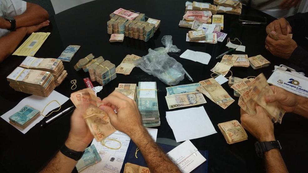 Policiais federais contam montante de dinheiro durante operação (Foto: Ascom/PF)