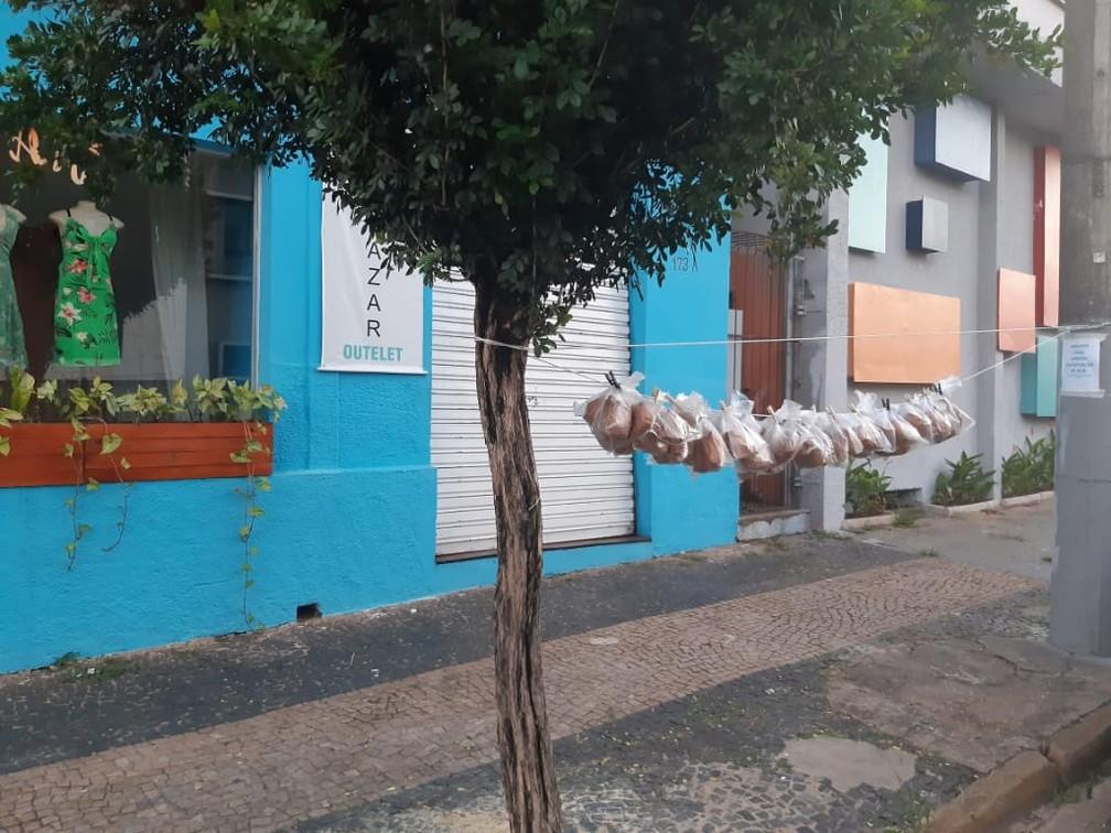 Em Limeira, voluntários penduram lanches em varal para moradores de rua durante pandemia — Foto: Arquivo Pessoal