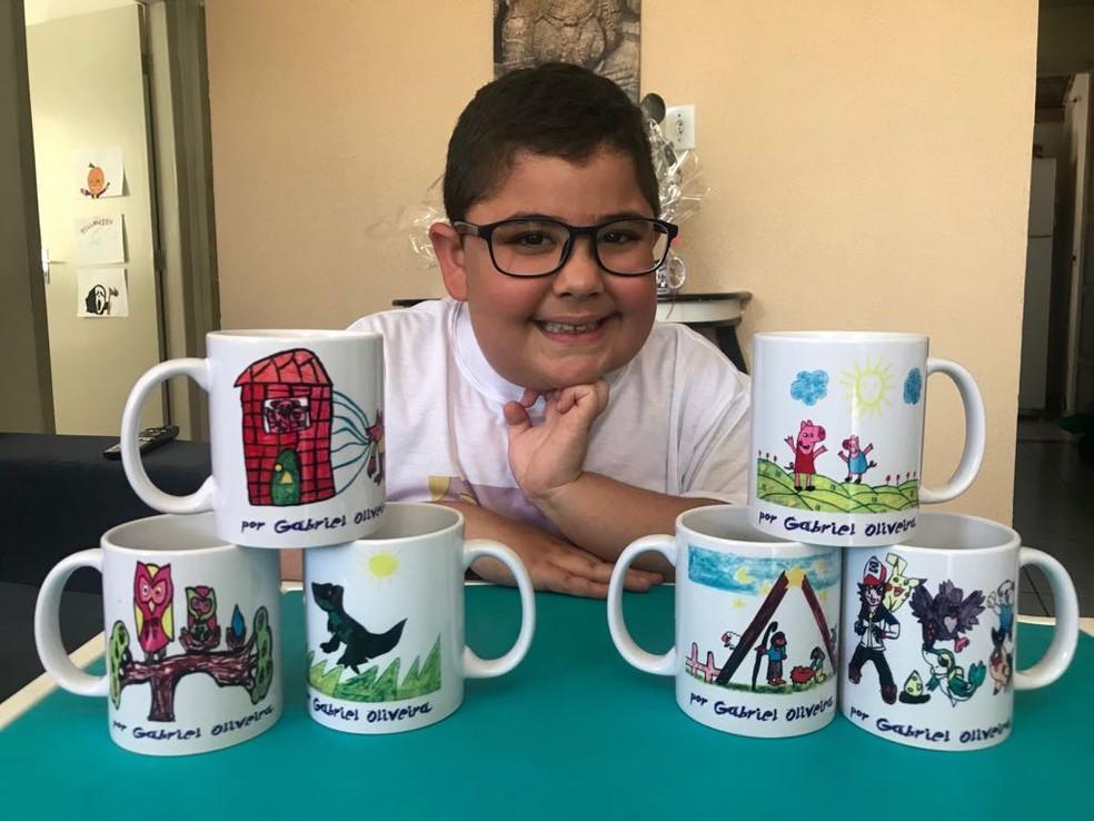 Família de João Gabriel vende canecas com desenhos feitos pelo pequeno, para ajudar no tratamento dele — Foto: Michelle Farias/G1 AL