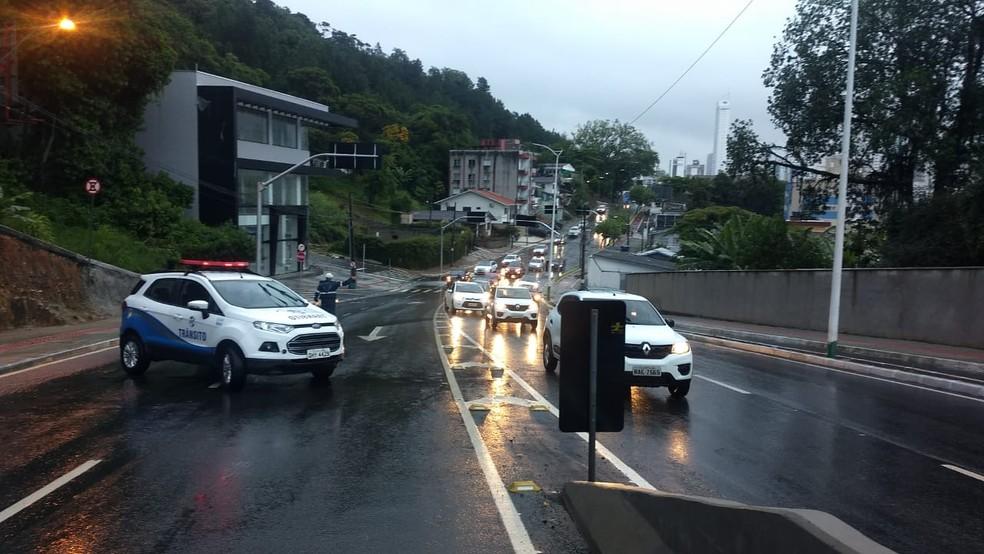 Chuva deixa trânsito complicado em Balneário Camboriú — Foto: Defesa Civil/ Divulgação