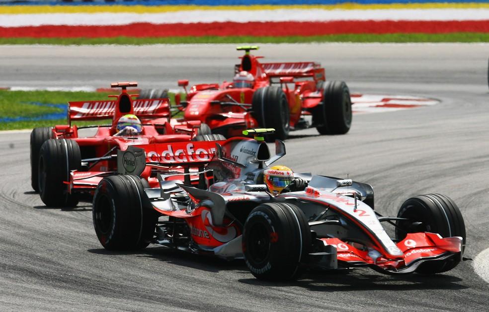 Hamilton à frente de Massa e Raikkonen no GP da Malásia de 2007 — Foto: Getty Images